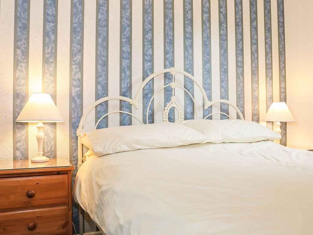 Cutkive-Wood-Holidays-Cornwall-Bungalow-Bedroom-1