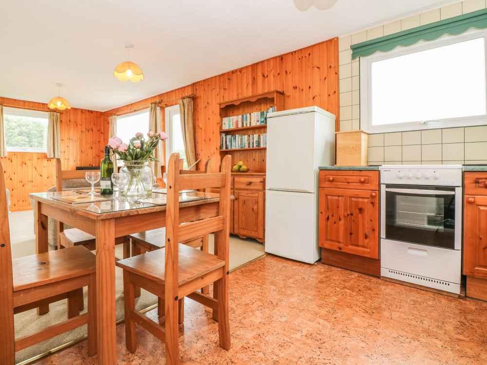 Cutkive-Wood-Holidays-Cornwall-Bungalow-Kitchen-3