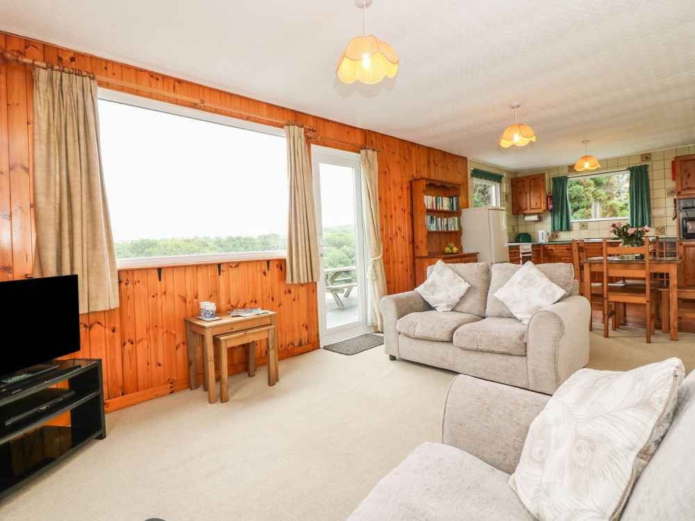 Cutkive-Wood-Holidays-Cornwall-Bungalow-Lounge-1